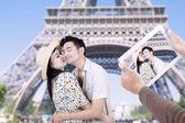 Paris eiffel tower romantic couple kissing — Stock Photo