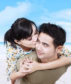 Romantic couple hugging on the beach — Stock Photo