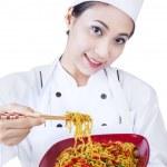 chef asiatique et nouilles frites - isolé — Photo