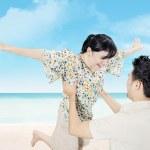 Attractive happy couple have fun on beach — Stock Photo