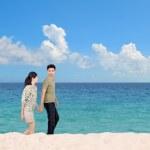 Honeymoon couple on the beach — Stock Photo
