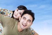 Närbild av lyckliga par ha kul utomhus — Stockfoto