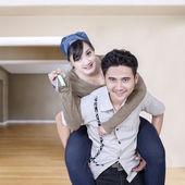 пара, проведение ключи от нового дома — Стоковое фото