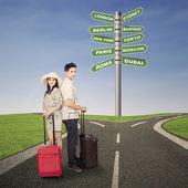 Couple honeymoon travel with luggages — Stock Photo