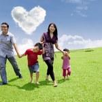 asiatiska familj promenad — Stockfoto