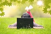 привлекательная женщина, используя ноутбук открытый — Стоковое фото