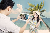 Couple take picture at beach — Stock Photo