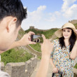 Tourist posing in front of Great Wall in China — Stock Photo #24529211