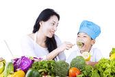 Madre giovane chef di alimentazione — Foto Stock