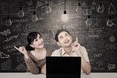 Paar kijken naar oplossing lampen in de klas — Stockfoto