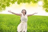 魅力的な女性は緑の野原で春を祝う — ストック写真