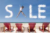Reklam försäljning moln och flicka hoppa över strandstolar — Stockfoto