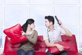 Par luchar contra el sofá rojo - interior — Foto de Stock