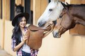 Mooie vrouw rider op paard ranch — Stockfoto