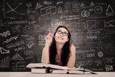 Estudio de estudiante universitario en la clase — Foto de Stock