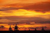 Güzel gün batımı ve okyanus gemiler — Stok fotoğraf