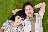 Couple asiatique portant sur l'herbe verte — Photo