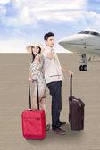 Asijský pár cestování letadlem — Stock fotografie