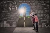 Business-partner-look für seo erfolg konzept — Stockfoto