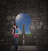 Güzel öğrenci başarısı için sınıf yolu ile ayakta — Stok fotoğraf