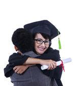 Pojkvän kram flickvän på examen - isolerade — Stockfoto