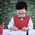 asijské boy kresba na papíře ve třídě — Stock fotografie #26616339