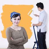 Asiatiska par måla väggen i gul färg — Stockfoto