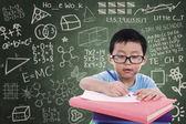 Chlapec na knihu v učebně — Stock fotografie