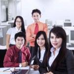 zuversichtlich Business-Team im Büro — Stockfoto