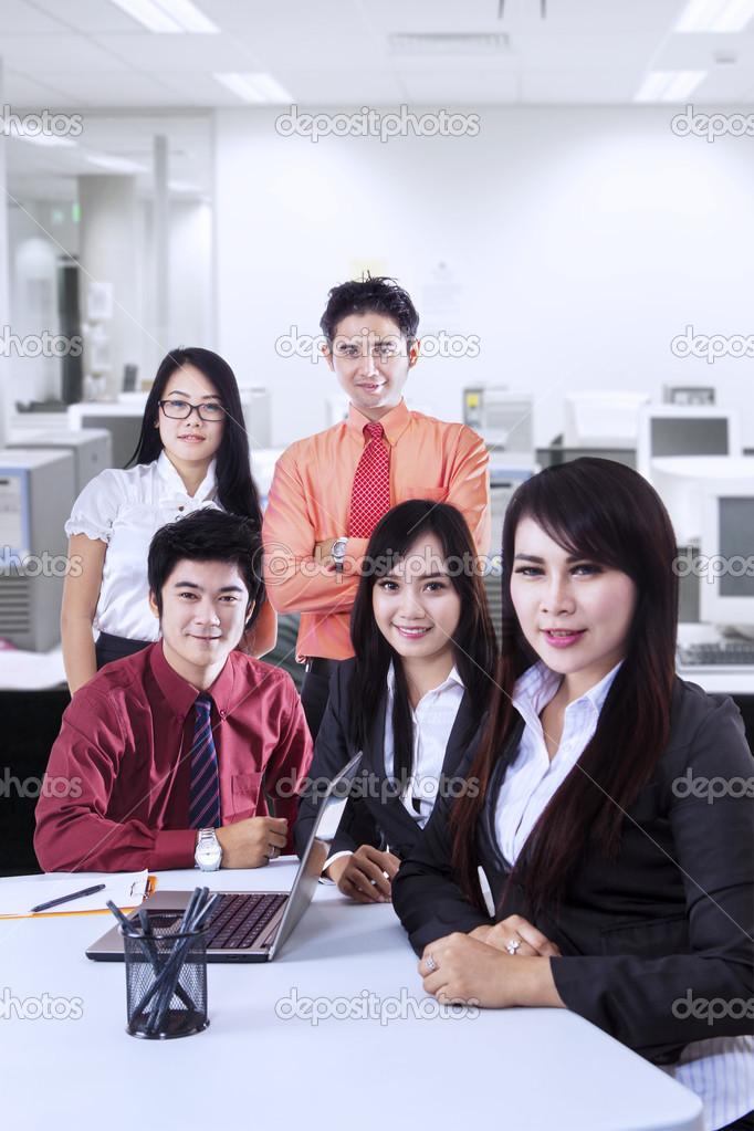 信心十足的商业团队在办公室