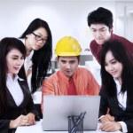 アジアの建築業者のオフィスでチームに説明します。 — ストック写真