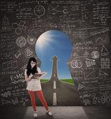 Asiatiska kvinnlig student som läser bok med framgång road — Stockfoto