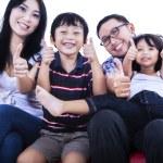başparmak kadar gösteren izole Asya ailesi — Stok fotoğraf