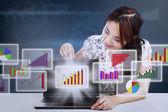 Geschäftsfrau ergebnis marketingdiagramms bericht — Stockfoto