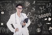 Femme de médecin confiant tenir e-tablette sur tableau noir écrite — Photo