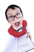 Linda expresión de niño lee libro — Foto de Stock