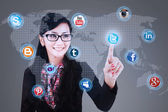 Businesswoman click on social media — Stockfoto