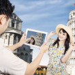 Couple take picture at Pisa Tower, Italy — Foto de Stock