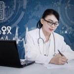 美丽的女医生处方书写上蓝色数字 — 图库照片