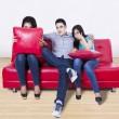trzech młodych przyjaciół oglądania tv — Zdjęcie stockowe