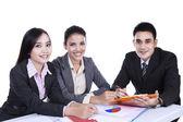 Kleine groep van mensen uit het bedrijfsleven in de vergadering — Stockfoto