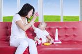 Mor och barn ha roligt — Stockfoto