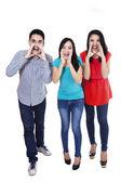 Grupp vänner skriker — Stockfoto
