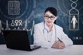 亚洲医生写处方 — 图库照片
