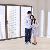 Happy pregnant couple at apartment — Stockfoto