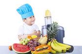 Szczęśliwy chłopiec robi sok owocowy — Zdjęcie stockowe