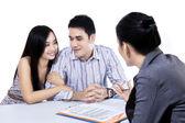 Mladý pár setkání finanční poradce — Stock fotografie