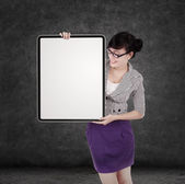 Businesswoman holding blank board — Stok fotoğraf