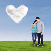 Giovane coppia in amore all'aperto — Foto Stock