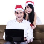 Isolated couple shopping online — Stock Photo